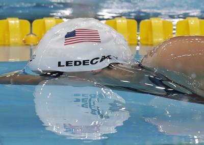 游泳》頭頂一杯巧克力牛奶横渡泳池 美國自由式天后神乎其技