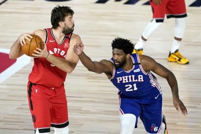 NBA》七六人哭慘!當家中鋒今才回歸  打不到14分鐘又傷退