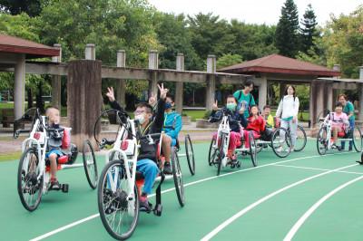 特教班孩童能體驗手搖車和冰壺 輪椅夢公園成銀髮族、身障者天堂