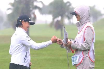 高球》風雨中出賽有媽媽陪伴 劉嬿、程思嘉內心更安定