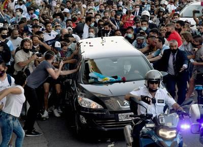 足球》扯!偷開馬拉度納棺木自拍 還驚傳送別粉絲騷亂遭鎮壓