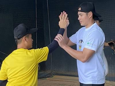 棒球》「百億金臂」手把手教學  殷仔學員超幸福!