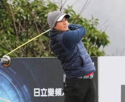 高球》在台灣最冷的一戰!曾雅妮用熱身操保暖 首輪繳73桿