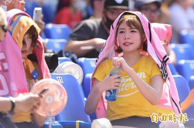 中職》38度高溫下開賽 兄弟啦啦隊Passion Sisters大喊「吃不消」!