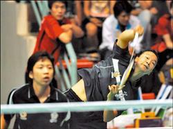 我國羽球「黃金女雙」簡毓瑾(右)與程文欣,昨天在世大運女雙4強擊敗中國隊,率先搶進冠軍戰。(中央社)