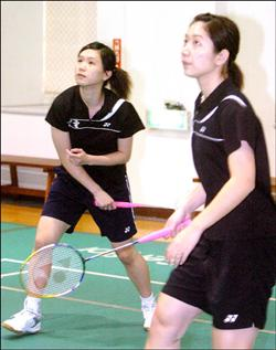 台電羽球選手楊佳臻(左)與其搭檔搭檔蔡佩玲。(記者張嘉明攝)