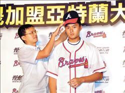 年輕投手黃偉晟(右)正式加盟美國職棒勇士隊,也是南英商工第5名旅美球員。(記者黃照敦攝)