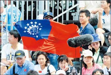 昨天台灣對古巴之戰,台灣啦啦隊突發奇想,拉起與台灣國旗相似的緬甸國旗,來為台灣加油。(特派記者王藝菘攝)