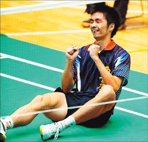 薛軒億拿下男單王座後握拳興奮的坐在地板上(記者林正堃攝)