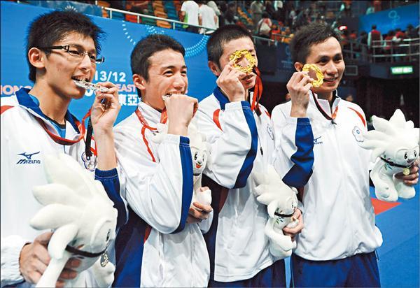 東亞運羽球男子雙打金銀牌,都由台灣選手包辦,陳宏麟(左起)、林祐瑯與胡崇賢、蔡佳欣賽後咬著金銀牌慶祝。<br>(特派記者王藝菘攝)