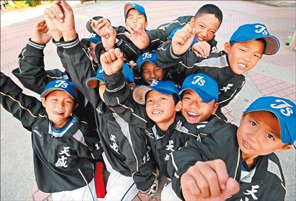 天盛少棒隊報名參賽的不過15人,但喊施同學時卻有9位舉手,讓人嘖嘖稱奇。(記者林正堃攝)