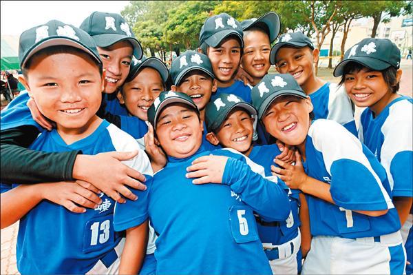 員崠國小少棒隊,近半數是原住民球員。(記者林正堃攝)