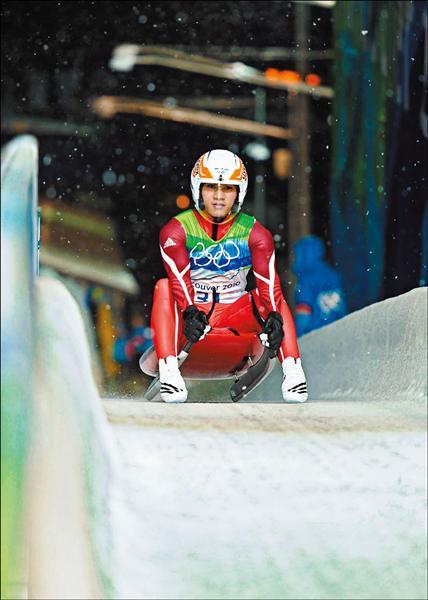 我國唯一代表參加溫哥華冬奧的國手馬志鴻,在白雪紛飛的雪橇賽道上待命出發。(法新社)