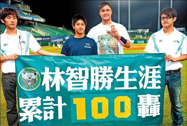 熊隊林智勝完成百轟紀錄後,並與撿到球的球迷合影。(記者張忠義攝)