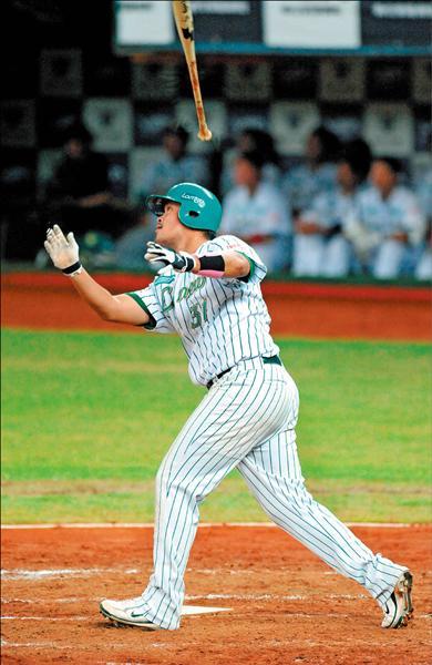 熊獅對戰,林智勝一局下首打席就掃出陽春砲,成為中華職棒史上第10名達成百轟球員。(記者張忠義攝)