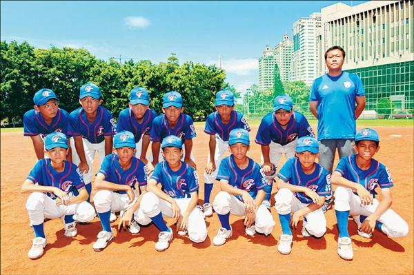 復興國小少棒隊信心滿滿,12位驍勇戰將與1996年冠軍教練何通宇(後排右一)前進威廉波特,相約把冠軍盃帶回台灣慶祝。(記者張忠義攝)