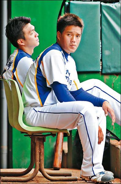一度罹患「投球失憶症」的桃園航空城彭偉航(右),重新找回投球感覺。(記者羅沛德攝)