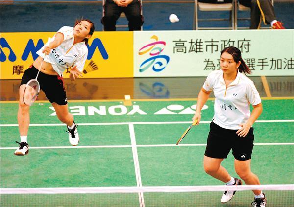 台電女雙組合周佳琦(左)、蔡佩玲(右),昨靠著絕佳默契,以直落二輕取泰國組合,奪下女雙金牌。(記者張忠義攝)