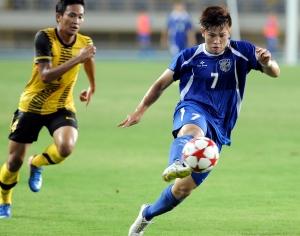 世界盃亞洲區資格賽台灣隊張涵(右)踢進台灣隊第一個進球。(記者朱沛雄攝)