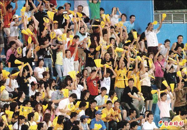 中職球迷相當熟悉的波浪舞,其實是由聯盟新任秘書長梁功斌催生的。(資料照,記者廖耀東攝)