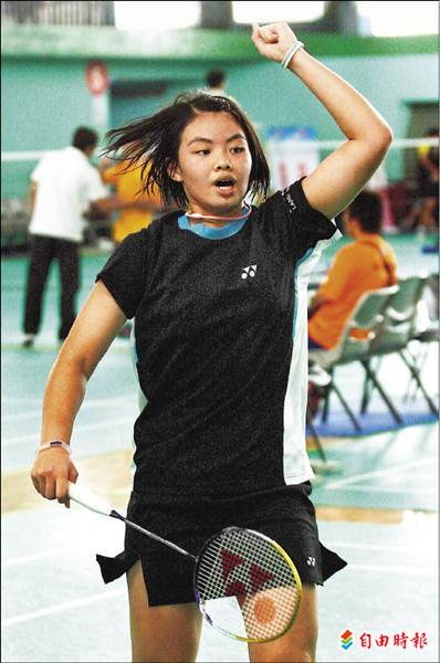 台北市大同高中李佳馨拍下國女組羽球單打金牌。(記者林正堃攝)