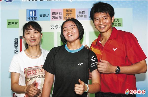 李佳馨父母李謀周(右)、陳曉莉(左)都是退役羽球名將,見證女兒奪金開心不已。(記者林正堃攝)