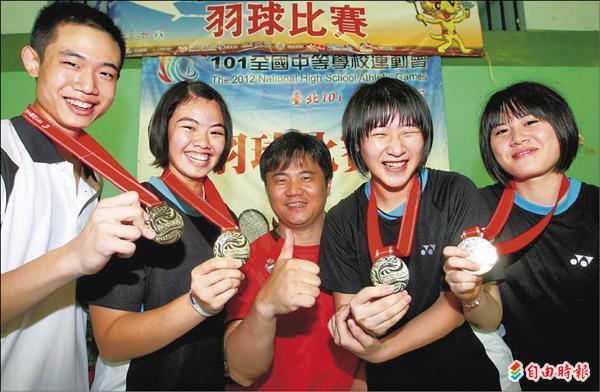 台北市大同高中戰績輝煌,教練蕭博仁(中)開心與拿下金牌的呂家弘(左起)、李佳馨、陳婷儀、陳思妤合影。(記者林正堃攝)