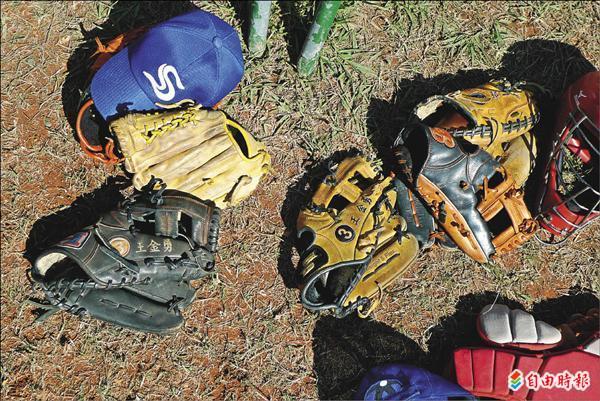 台東新興少棒是關懷盃唯一全排灣族球隊,部分球員手持球星王金勇捐贈手套。(記者郭羿婕攝)