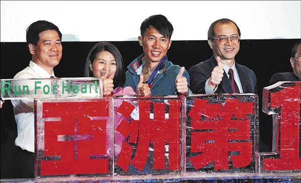 挑戰加拿大育空700公里極地橫越賽成功的陳彥博,昨日在父母及體育署長何卓飛(右一)等人的陪同下,一同慶祝成就。(記者叢昌瑾攝)