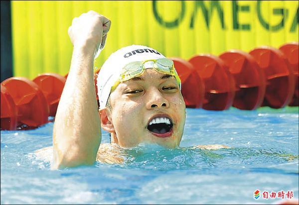 文化大學吳浚鋒在公開男子組游泳50公尺自由式,爆冷拿下金牌。(記者林正堃攝)