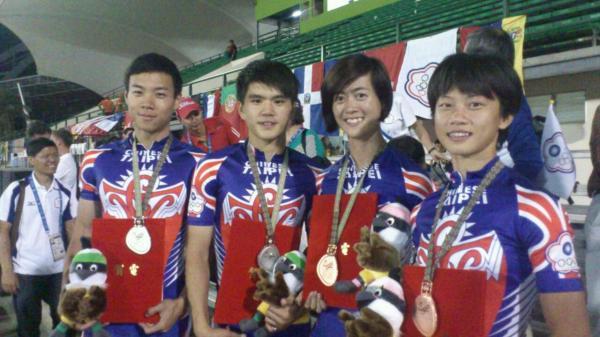 台灣滑輪溜冰的4名好手黃郁婷、駱威霖、楊合貞以及陳彥成,今天共摘下2銀2銅。(圖由教育部提供)