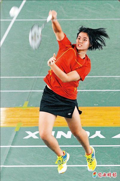 全運會羽球團體賽女子組決賽昨天在台北市立體育館舉行,台北市李佳馨擊敗桃園縣白驍馬,拿下第一個賽點。(記者陳志曲攝)