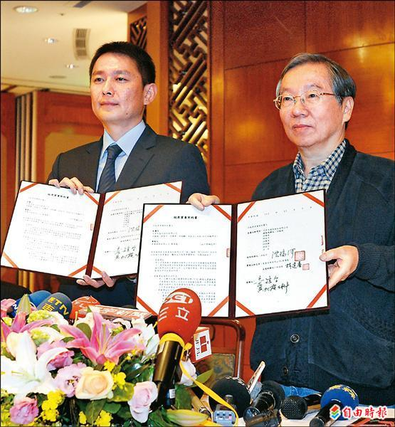 兄弟象董事長洪瑞河(右)在記者會宣布球隊以4億元轉賣中信,由華翼育樂公司董事長林逢春出面簽約。(記者王藝菘攝)