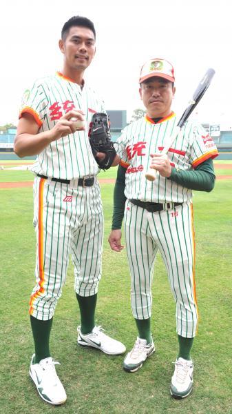 在獅隊效力20年的羅國璋(右)主動向球團提出不再續約,希望能回台北與家人團聚。(本報資料照·記者黃志源攝)
