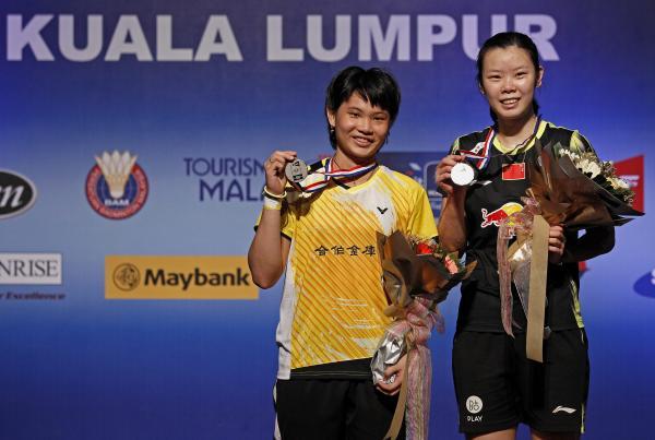 戴資穎(左)奪下世界羽聯超級系列賽總決賽亞軍。(毆新社)