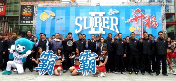 Lamigo桃猿隊今開訓,喊出「桃猿/園超級2霸」口號。(圖取自Lamigo Monkeys臉書)