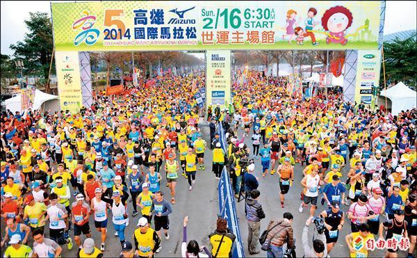 高雄國際馬拉松吸引3萬多人參賽。(記者張忠義攝)