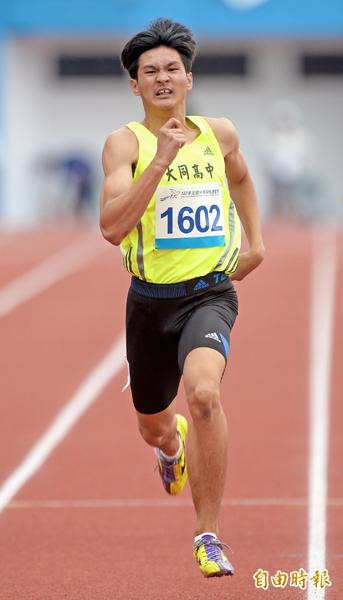 屏東縣大同高中王偉旭拿下高男400公尺金牌。(記者林正堃攝)