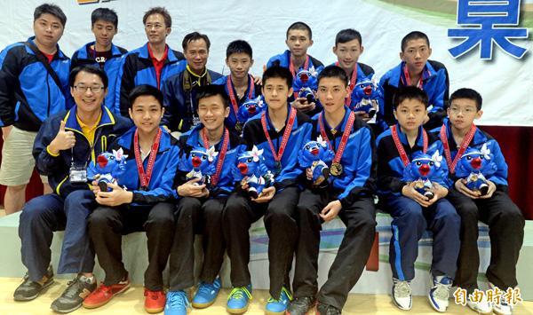 麗山國中拿下桌球國男團體賽金牌,國一的林昀儒(前排右二)堪稱陣中王牌。(記者林正堃攝)