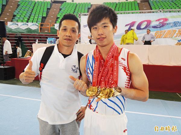 體操選手李智凱(右)與教練林育信一同比讚慶祝五金入袋。(記者卓佳萍攝)