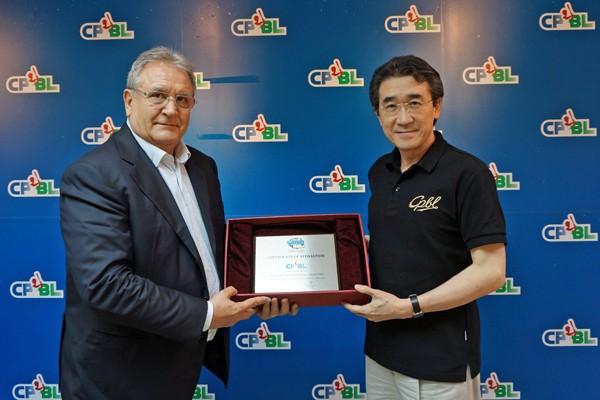 國際棒總會長法卡利(左)致贈中華職棒聯盟會長黃鎮台國際棒壘總會(WBSC)準會員證書。(中華職棒聯盟提供)
