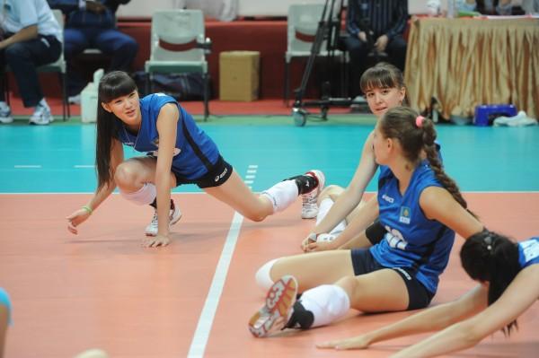 亞洲青年女子排球錦標賽哈薩克背號20的球員莎賓娜(左)由於長相甜美、身材高挑,在練球時就是全場目光焦點。(記者劉信德攝)