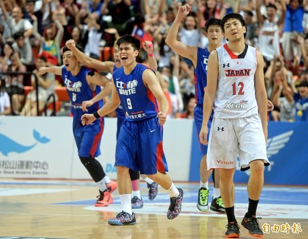 台灣白擊敗日本拿下第5名,全隊激動不已,日本隊則難掩失望。(記者林正堃攝)
