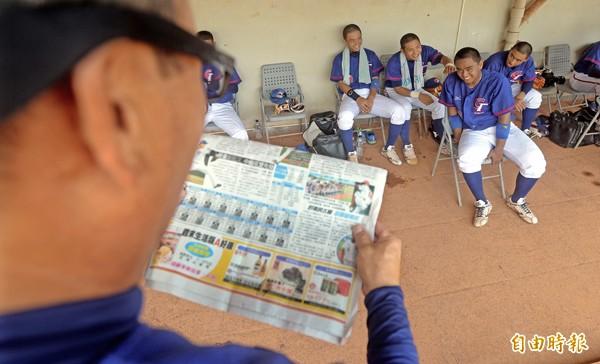亞青隊教頭陳献榮拿著本報報導讀給球員聽,鼓勵歐晉和其他隊員一起加油。(記者林正堃攝)