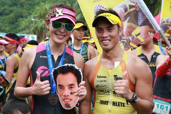 賈永婕(左)共同見證教練賴曉春(右)完成生涯百場鐵人賽事。(主辦單位提供)