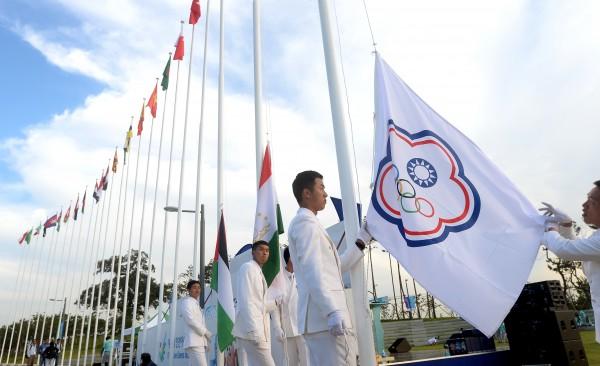 仁川亞運選手村今(18)日晚間為台灣代表團舉行歡迎與升旗儀式,台灣隊選手升起隊旗。(記者林正堃攝)