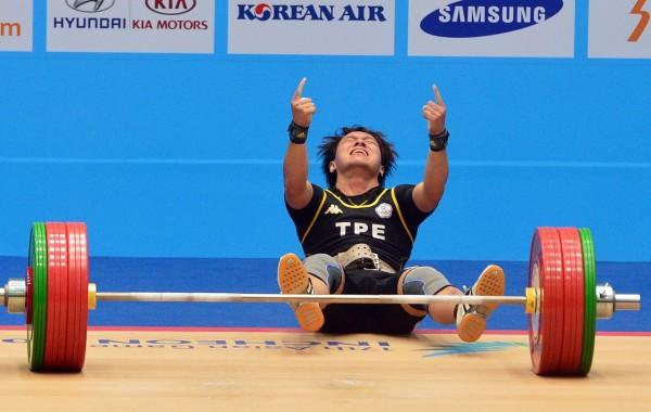 林子琦在挺舉145公斤成功後,高舉第一的手勢,興奮得跌坐在地。(記者王藝菘攝)