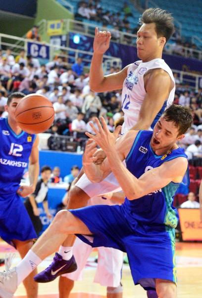 仁川亞運23日進行男子籃球台灣對哈薩克第一場賽程,台灣隊林志傑(上)與哈薩克球員爭搶籃板。(記者王藝菘攝)