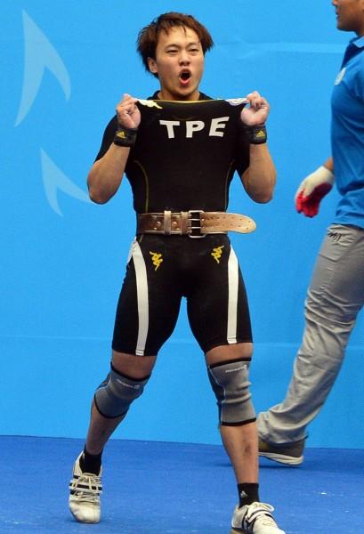 林子琦比賽結束後,向觀眾秀自己穿著台灣隊的衣服。(記者王藝菘攝)