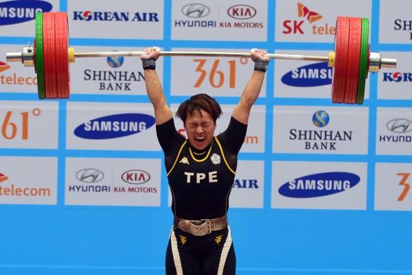 林子琦在女子舉重63公斤級,抓舉116公斤破亞運紀錄、挺舉145公斤破世界紀錄,總合261公斤,破總合世界紀錄,替台灣舉出第二面金牌,圖為林子琦挺舉145公斤成功的畫面。(記者王藝菘攝)